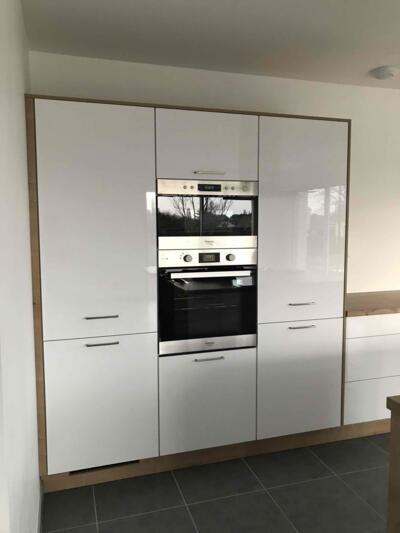 Cuisine blanche et bois avec mur d'armoire