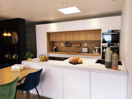 Cuisine design blanche et bois ouverte