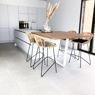 Cuisine design blanche et bois ouverte avec ilôt