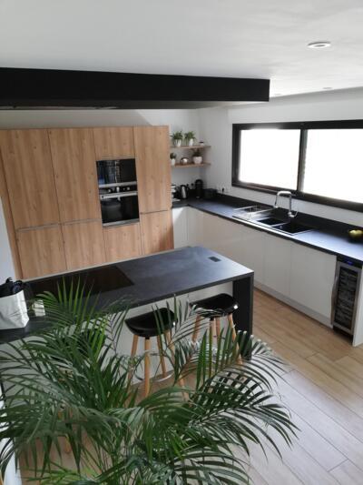 Cuisine design en bois ouverte avec ilôt
