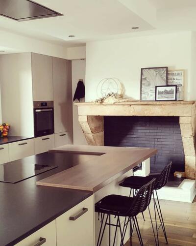 Cuisine design grise et bois ouverte avec ilôt