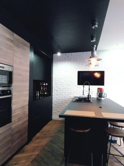 Cuisine design noire et bois avec ilôt