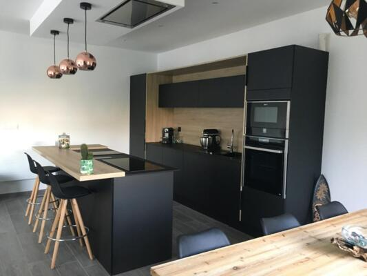 Cuisine design noire et bois en I avec ilôt