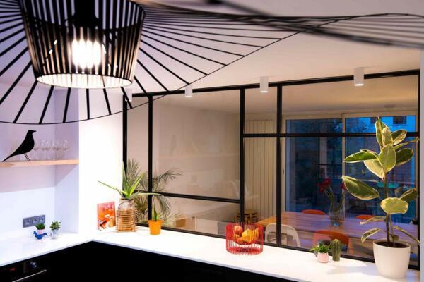Cuisine design noire et blanche avec verrière