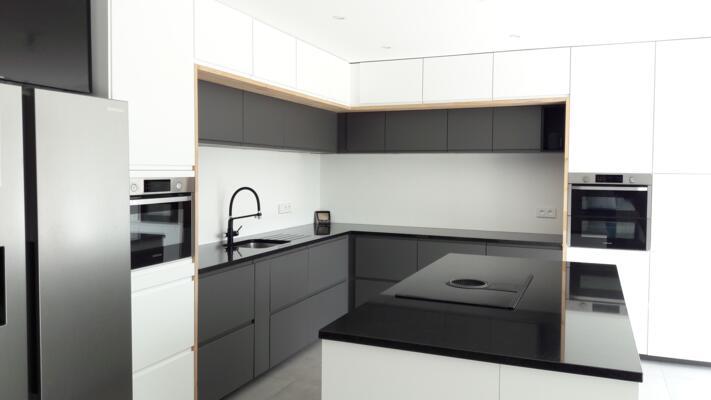 Cuisine design noire et blanche en angle