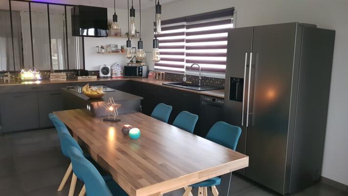 Cuisine industrielle grise et bois en angle avec verrière