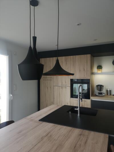 Cuisine industrielle noire et bois avec ilôt