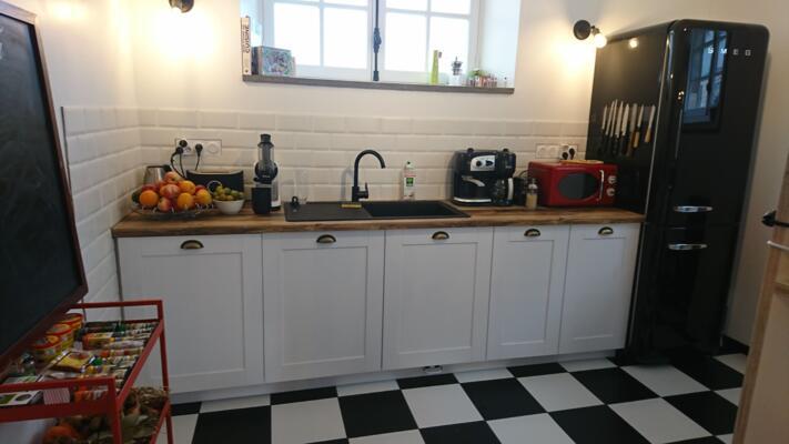 Cuisine industrielle noire et blanche en I avec réfrigérateur