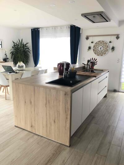 Cuisine moderne blanche et bois avec ilôt