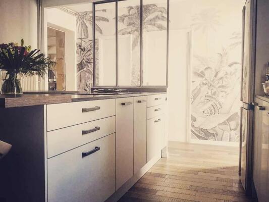 Cuisine moderne blanche et bois avec verrière
