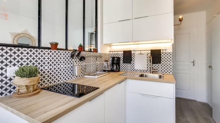 Cuisine moderne blanche et bois en angle avec verrière