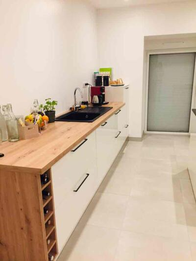 Cuisine moderne blanche et bois en I