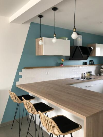 Cuisine moderne blanche et bois en U