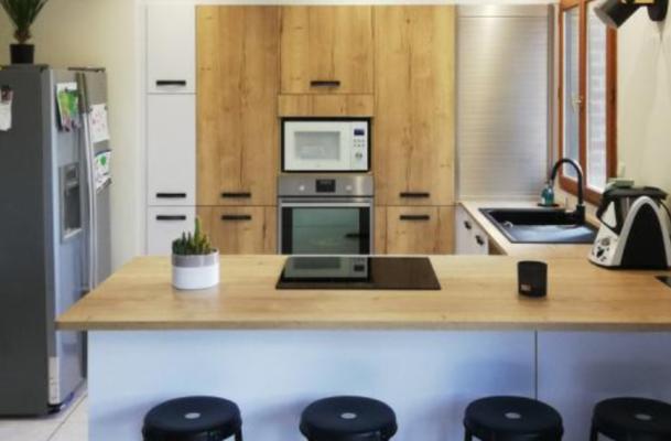Cuisine moderne blanche et bois ouverte