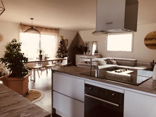 Cuisine moderne blanche et bois ouverte avec ilôt