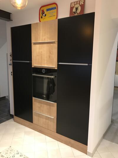 Cuisine moderne noire et bois avec mur d'armoire