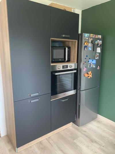 Cuisine moderne noire et bois avec réfrigérateur