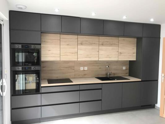 Cuisine moderne noire et bois en I avec mur d'armoire