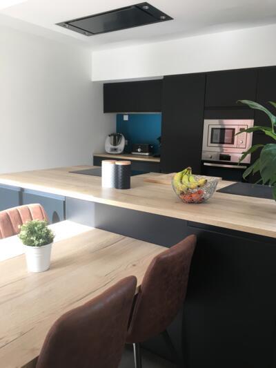 Cuisine moderne noire et bois ouverte
