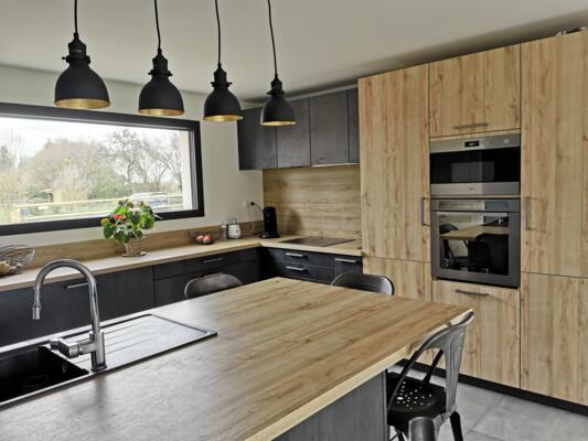 Cuisine moderne noire et bois ouverte avec ilôt