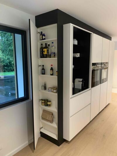 Cuisine moderne noire et blanche avec mur d'armoire