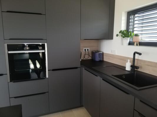 Cuisine noire et bois en angle