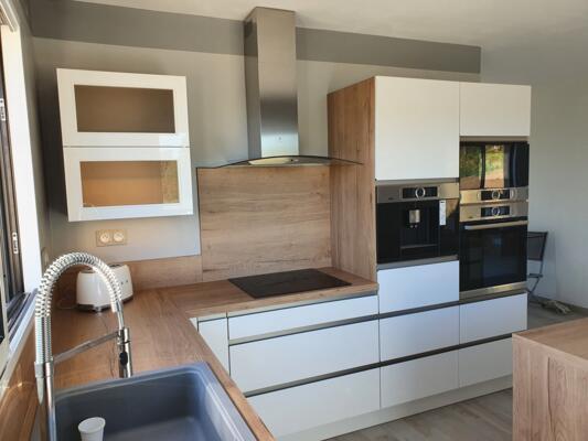 Cuisine scandinave blanche et bois en angle