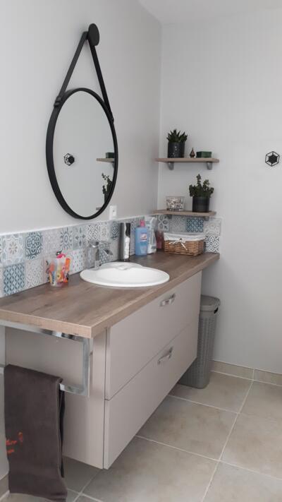 Salle de bain beige avec simple vasque