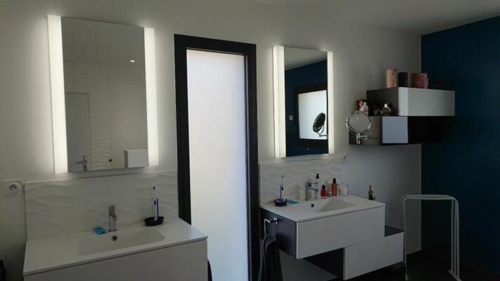 Salle de bain blanc avec double vasque