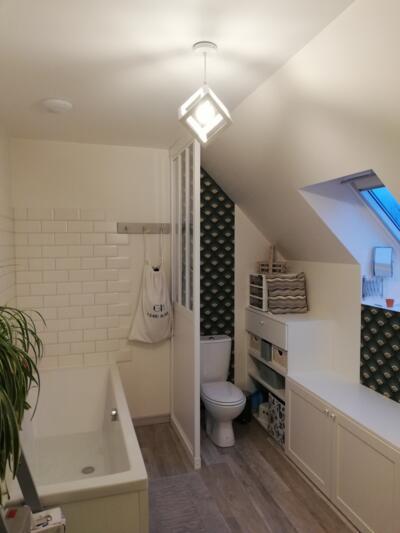 Salle de bain blanc avec baignoire