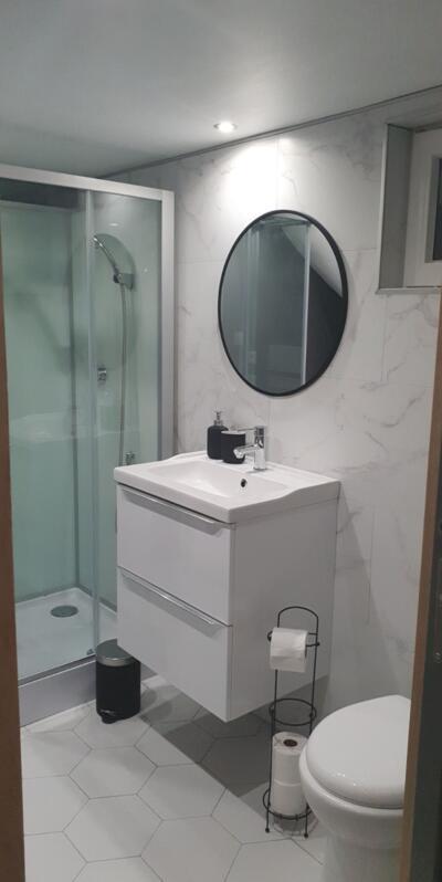 Salle de bain blanc avec douche