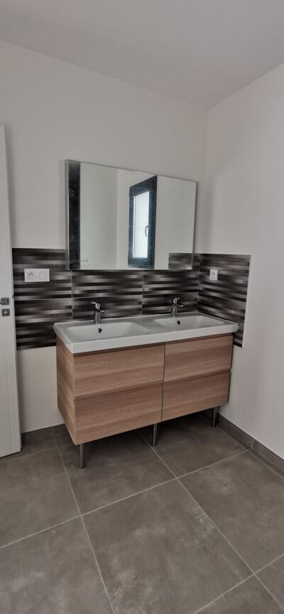 Salle de bain blanche et bois  avec double vasque