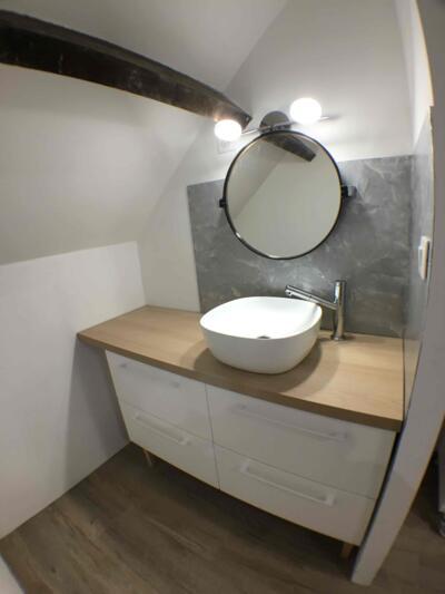 Salle de bain blanche et bois  avec simple vasque
