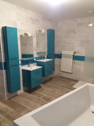Salle de bain bleue avec baignoire