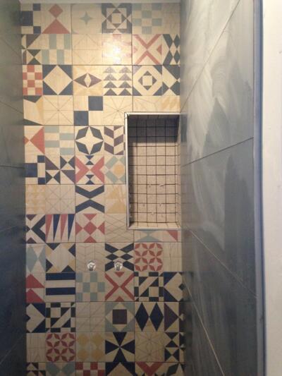 Salle de bain contemporaine avec douche italienne