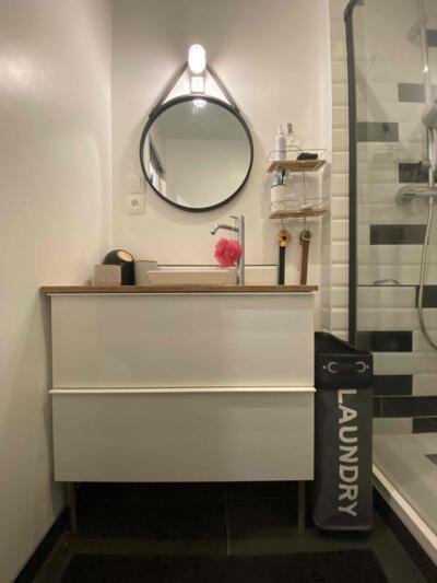 Salle de bain contemporaine blanc avec simple vasque