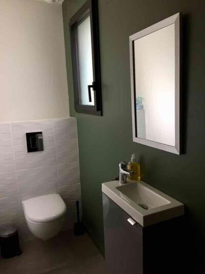 Salle de bain contemporaine blanc avec wc