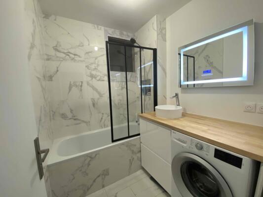 Salle de bain contemporaine blanc avec baignoire