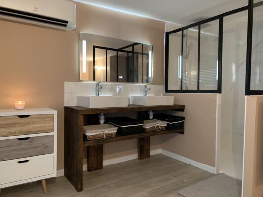Salle de bain contemporaine blanc avec douche