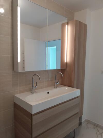 Salle de bain contemporaine blanche et bois  avec double vasque