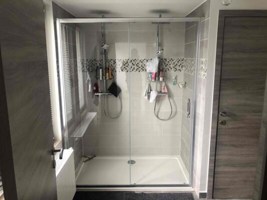 Salle de bain contemporaine blanche et bois  avec douche italienne