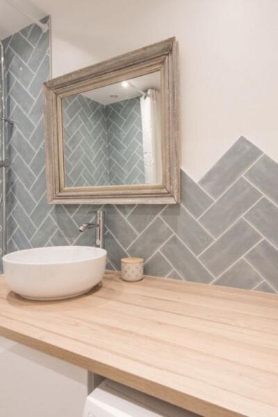 Salle de bain contemporaine blanche et bois  avec simple vasque