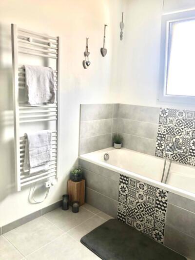 Salle de bain contemporaine gris avec baignoire
