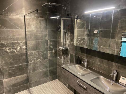 Salle de bain contemporaine noir avec douche italienne