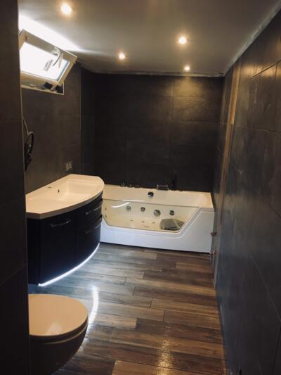 Salle de bain contemporaine noir avec baignoire