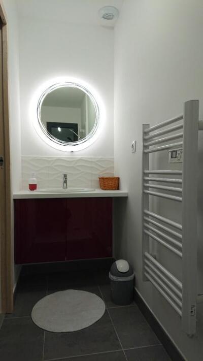 Salle de bain contemporaine noire et blanche avec simple vasque