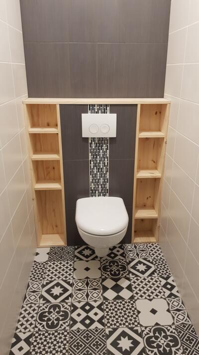 Salle de bain contemporaine noire et blanche avec wc