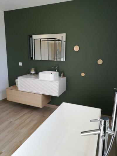 Salle de bain contemporaine verte avec baignoire