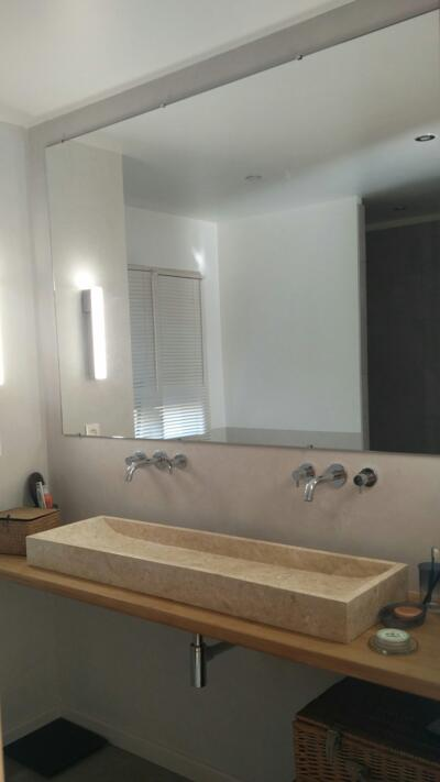 Salle de bain design beige avec double vasque