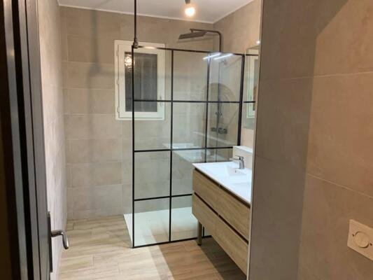 Salle de bain design beige avec douche italienne